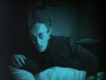 dracula in comparison to nosferatu A comparison of female influences and their effects on theme in dracula (the bram stoker novel) and nosferatu.